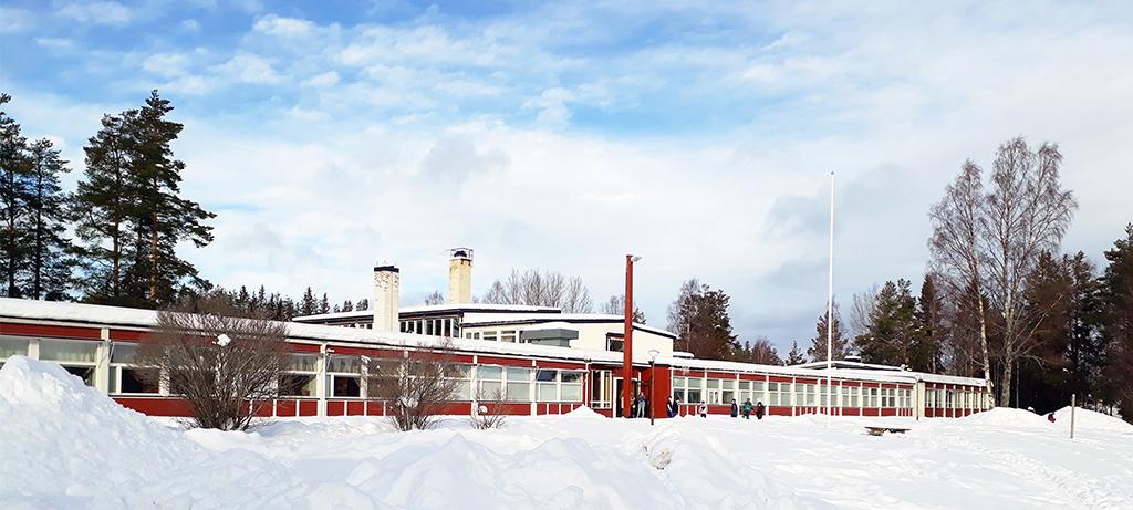 Kälarne skola täckt i snö